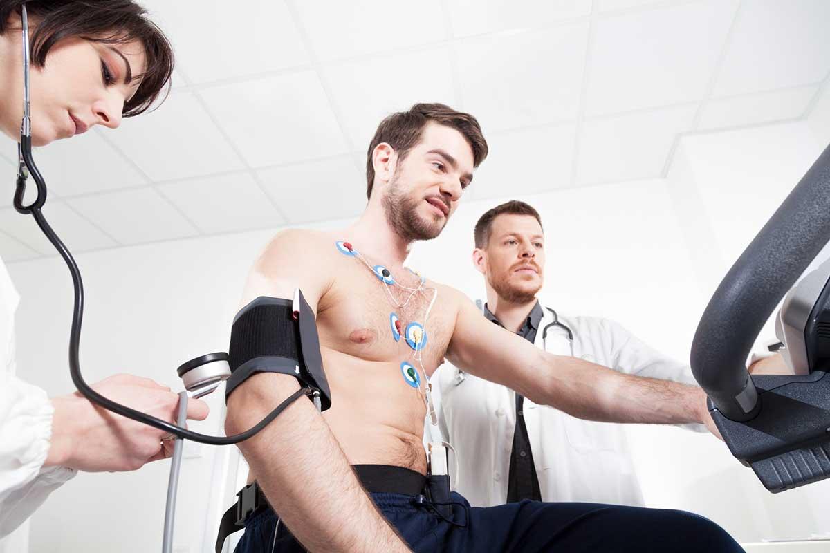 Sportler bei sportmedizinischer Untersuchung